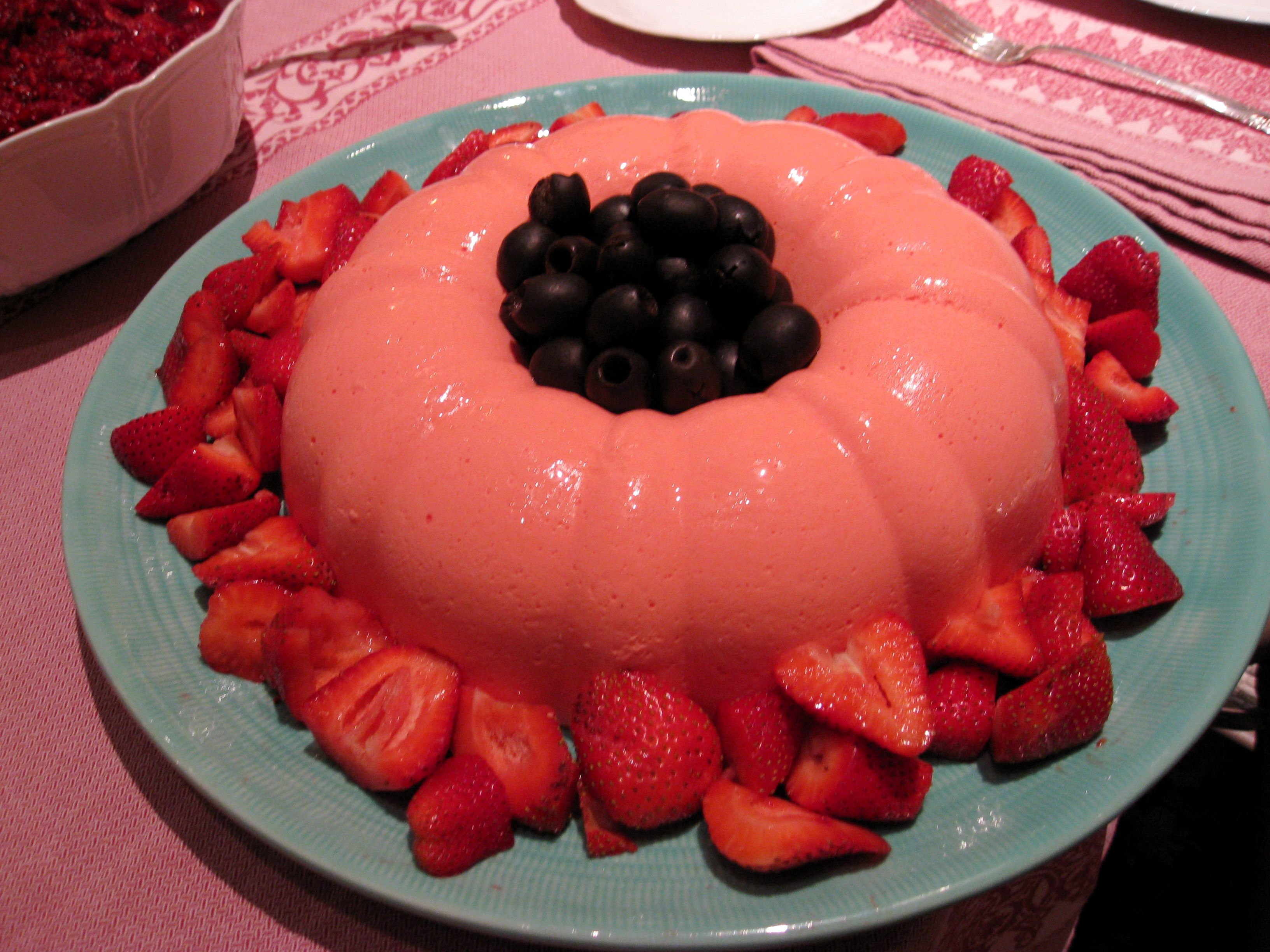 Low Calorie Christmas Cake Recipes: Strawberry Jell-O Mold ~ Uses Cool Whip Lite