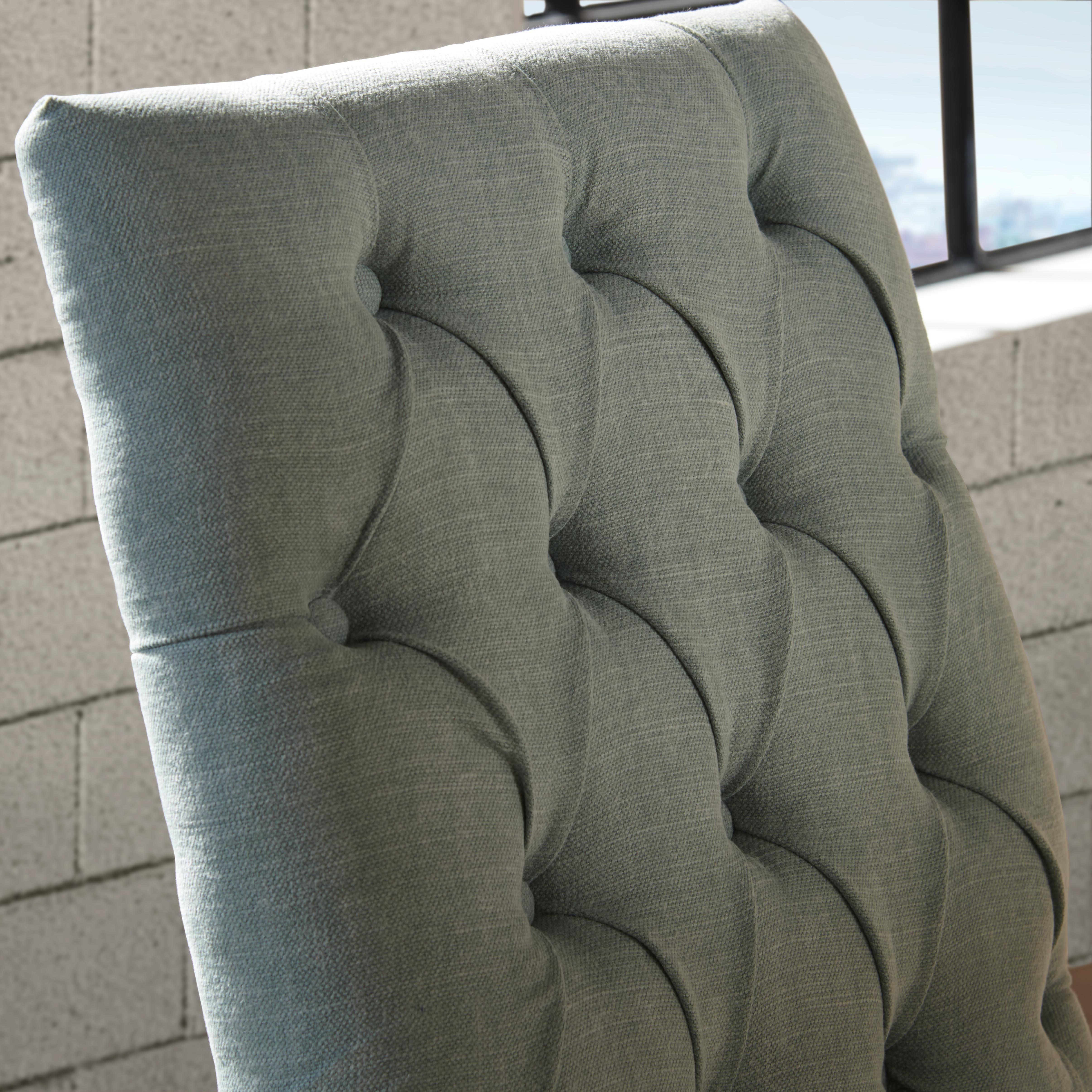 Country kann auch edel sein. Stühle mit einem eleganten Knopfdetail und einer klassischen Landhausfarbe helfen dabei, das einfache Bauernhaus zum herrschaftlichen Landhaus umzugestalten. Mit den passenden Möbeln in Massivholz und Wohnaccessoires in Weiß, gestaltet ihr euren perfekten Country-Look.