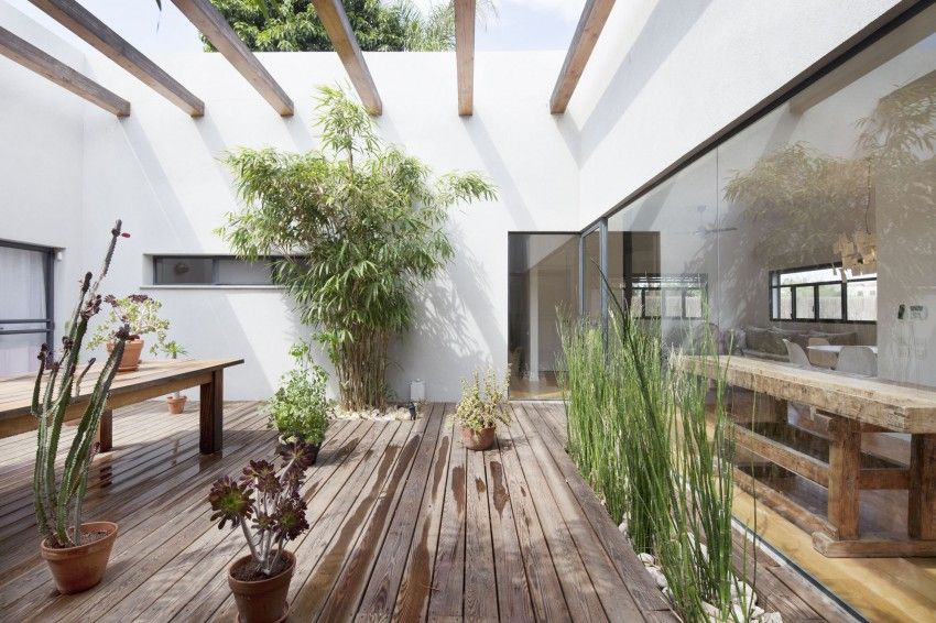 Patio House by Henkin Shavit Architecture | white walls, potted plants