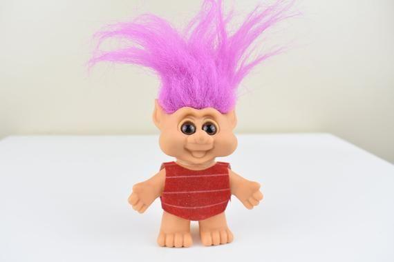 Trollpuppe Gnom Lila Haare und rotes Hemd Vintage und Retro Puppen Gnome Spielzeug und Sammlerstücke für Sammler und Liebhaber von Trollen#für #gnom #gnome #haare #hemd #liebhaber #lila #puppen #retro #rotes #sammler #sammlerstücke #spielzeug #trollen #trollpuppe #und #vintage #von