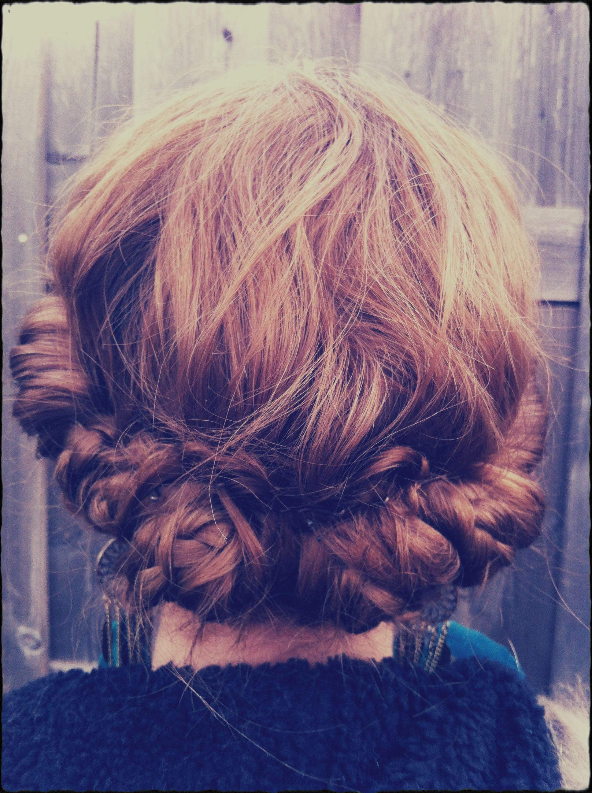 Tresses et chignons sur cheveux courts | Chignon cheveux court, Cheveux courts mi longs, Coiffure