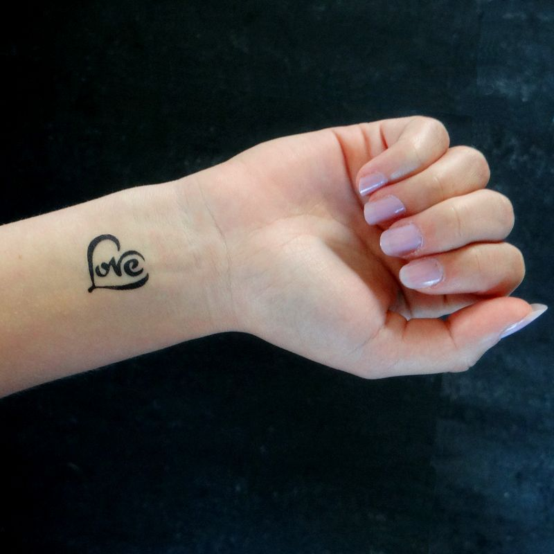 petit tattoo temporaire coeur love sur le poignet tatoos pinterest petit tattoo tattoo. Black Bedroom Furniture Sets. Home Design Ideas