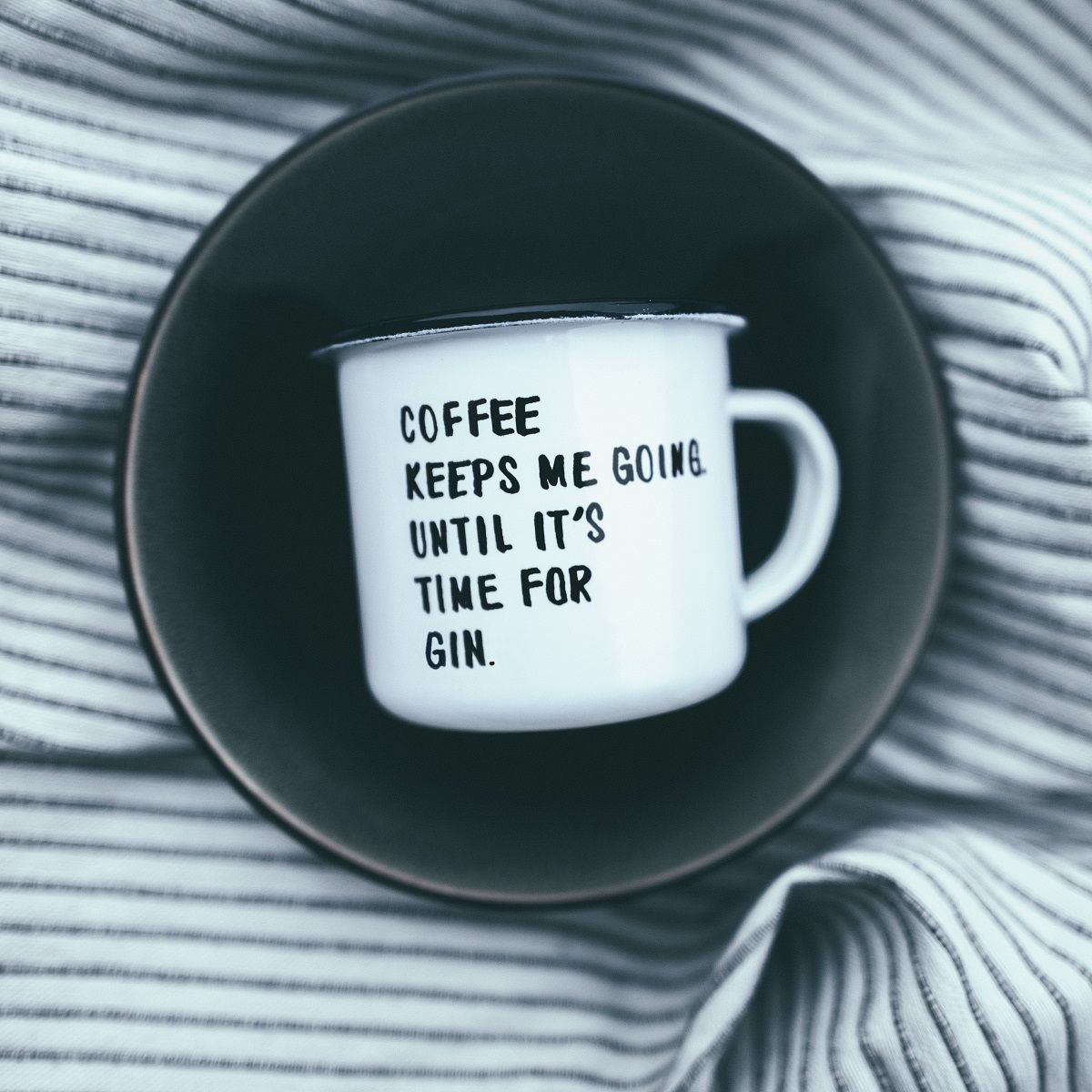 Emaille Tasse mit Spruch coffee keeps me going until it's time for gin