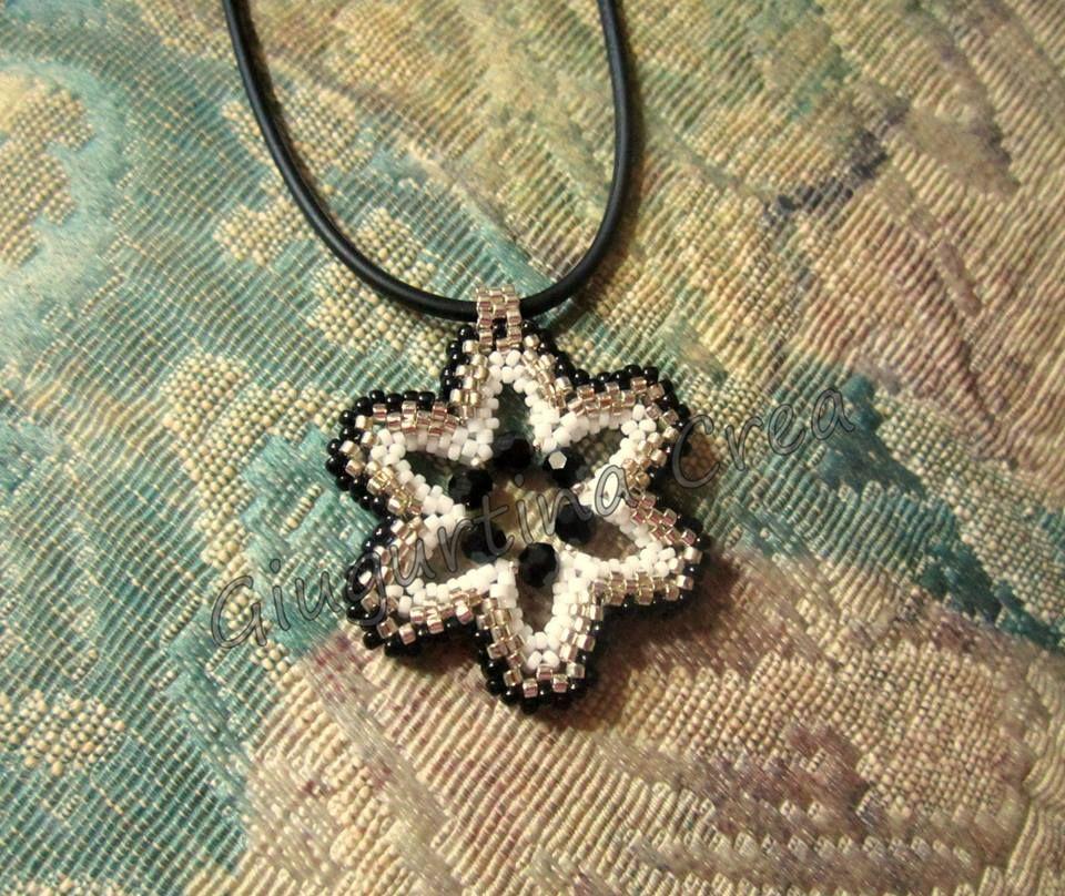 ciondolo con delica, rocailles e cristalli neri #peyote #flower #necklace
