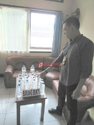 Polisi Sita Puluhan Botol Miras - http://denpostnews.com/2016/12/15/polisi-sita-puluhan-botol-miras/