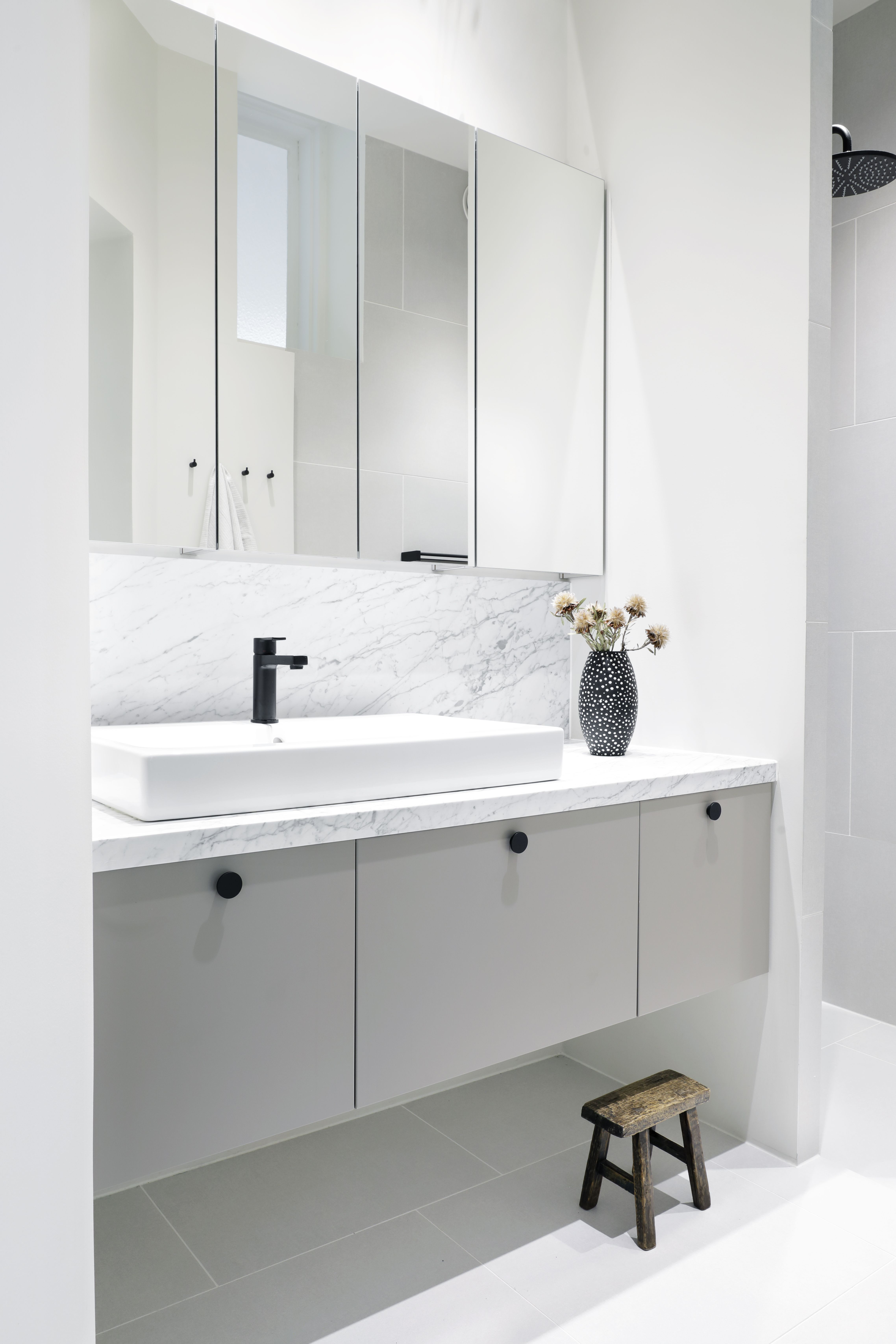 Amazing Family Bathroom With Room For The Whole Family To Brush Their Teeth And Get Ready For The Waschtisch Ikea Ikea Badezimmer Ikea Waschbeckenunterschrank