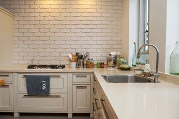 מטבח כפרי- חיפוי בריקים צבוע לבן | חיפוי מטבח | Pinterest