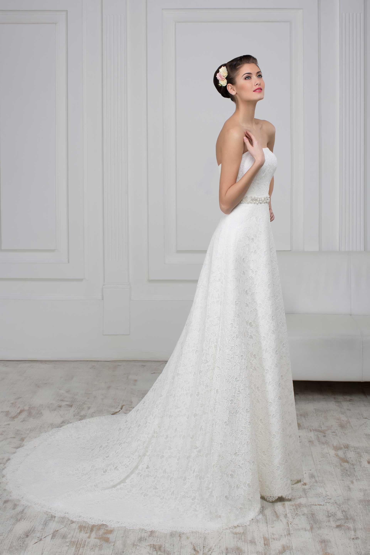 1668ea8b62c4 Nádherné čipkované svadobné šaty s dlhou vlečkou zdobené opaskom bez  ramienok