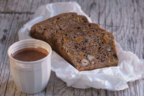 ENERGIKAKE: Med banan, sjokolade, nøtter og aprikos, blir dette en nydelig og sunn kake til å ta med seg på tur.