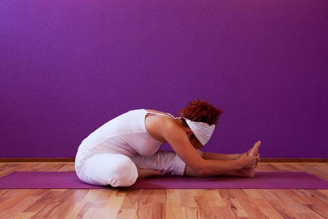 Consiéntete durante tu ciclo lunar y elimina cualquier cólico practicando yoga.  De acuerdo a las enseñanzas del yoga y el ayurveda, duran...