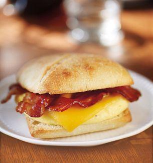 Mmmmm Wish I Had One Of These Right Now Bacon Gouda Artisan Breakfast Sandwich Starbucks Coffee Company Fast Food Breakfast Best Fast Food Breakfast Food