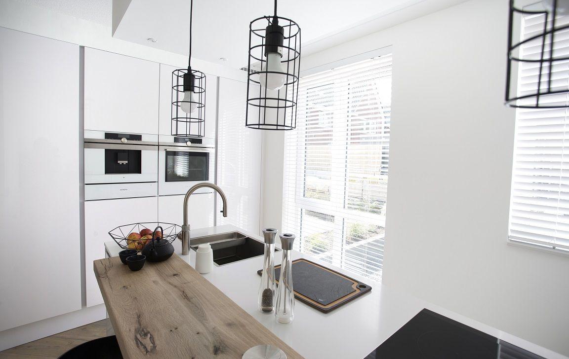 Witte houten jaloezieën 50mm in de keuken witte houten jaloezieën