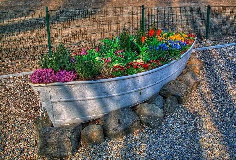Planting Flowers in a Boat...Love this! These are the BEST DIY ...