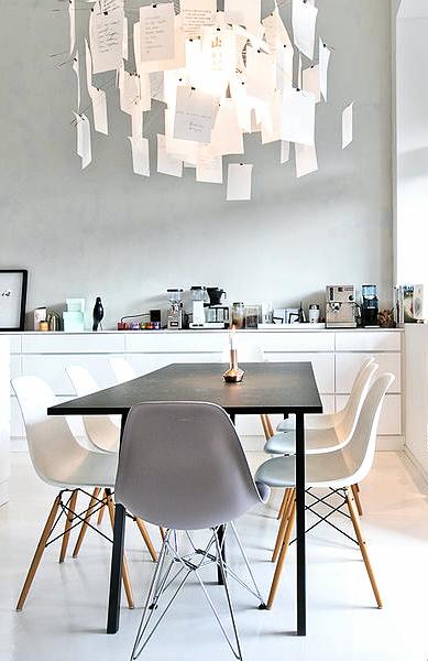 Combinaci n de sillas eames y brusellas en comedor - Decoracion sillas comedor ...