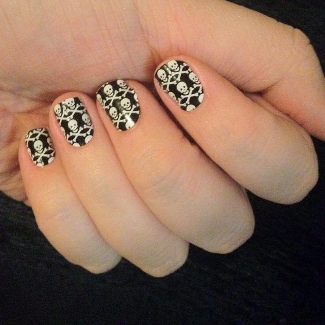 Skull/crossbones fingernails | finger nails | Pinterest | Nail stuff ...