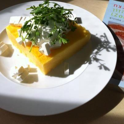 מתכון חלבי פשוט וטעים , זאת גירסה דיאטטית לממליגה רומנית שהפעם במקום הרבה חמאה ושמנת להגשה השתמשתי בחלב דל מעט חמאה בשביל הטעם ואיזנתי אותה עם קוטג' ומעט גבינת באפלו