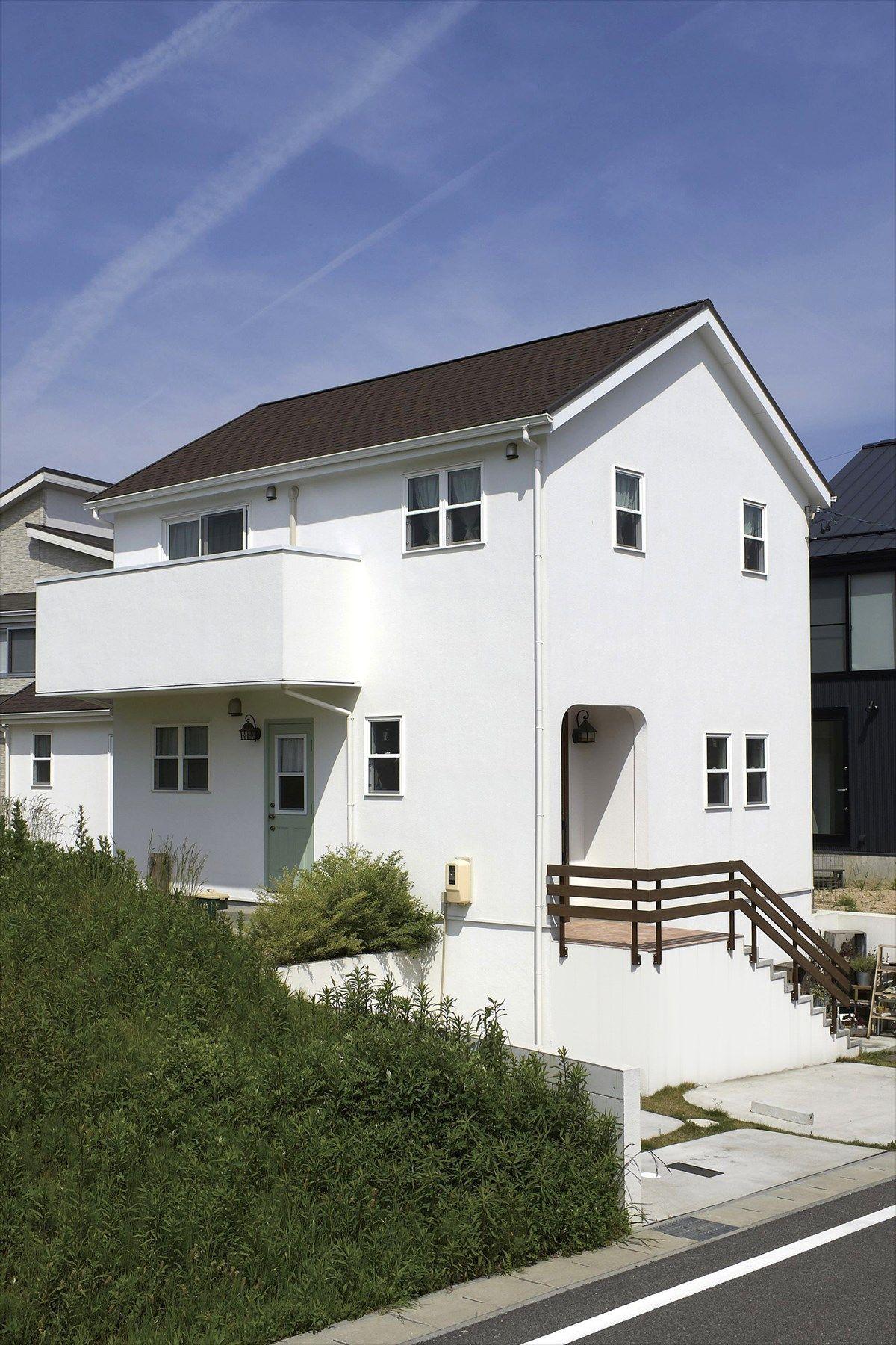 家 外観 エクステリア 切妻屋根 白い家 塗り壁 ウッドフェンス