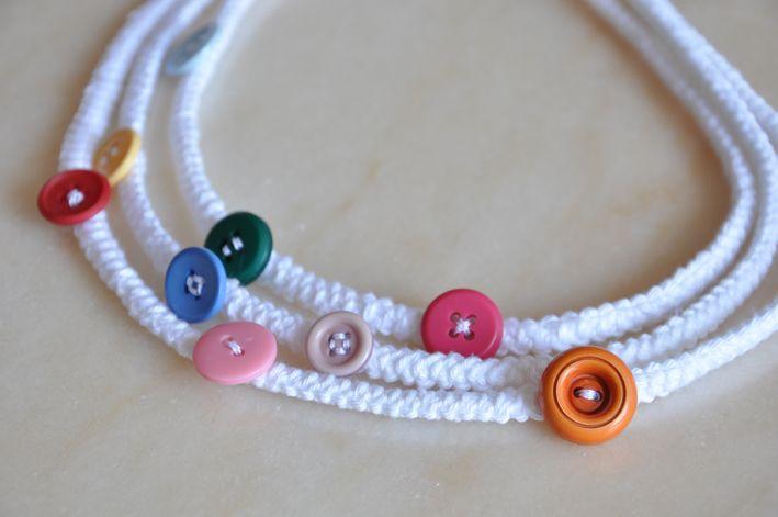 collana tricotin bianca con bottoni colorati