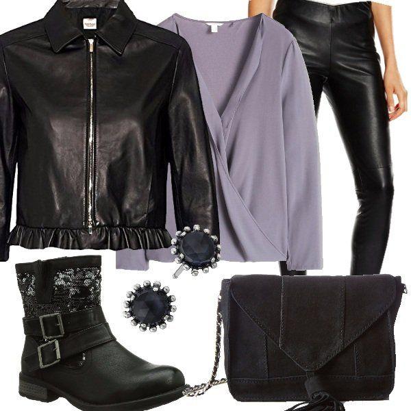 Delizioso+outfit+rock+con+leggings+e+giacca+in+pelle.+Abbiamo+poi+blusa+a+manica+lunga+grigia,+borsa+a+tracolla+con+nappine+e+stivaletti+con+fibbie+e+paillettes.+Per+finire+gli+orecchini+in+argento+a+completare+un+look+molto+particolare.