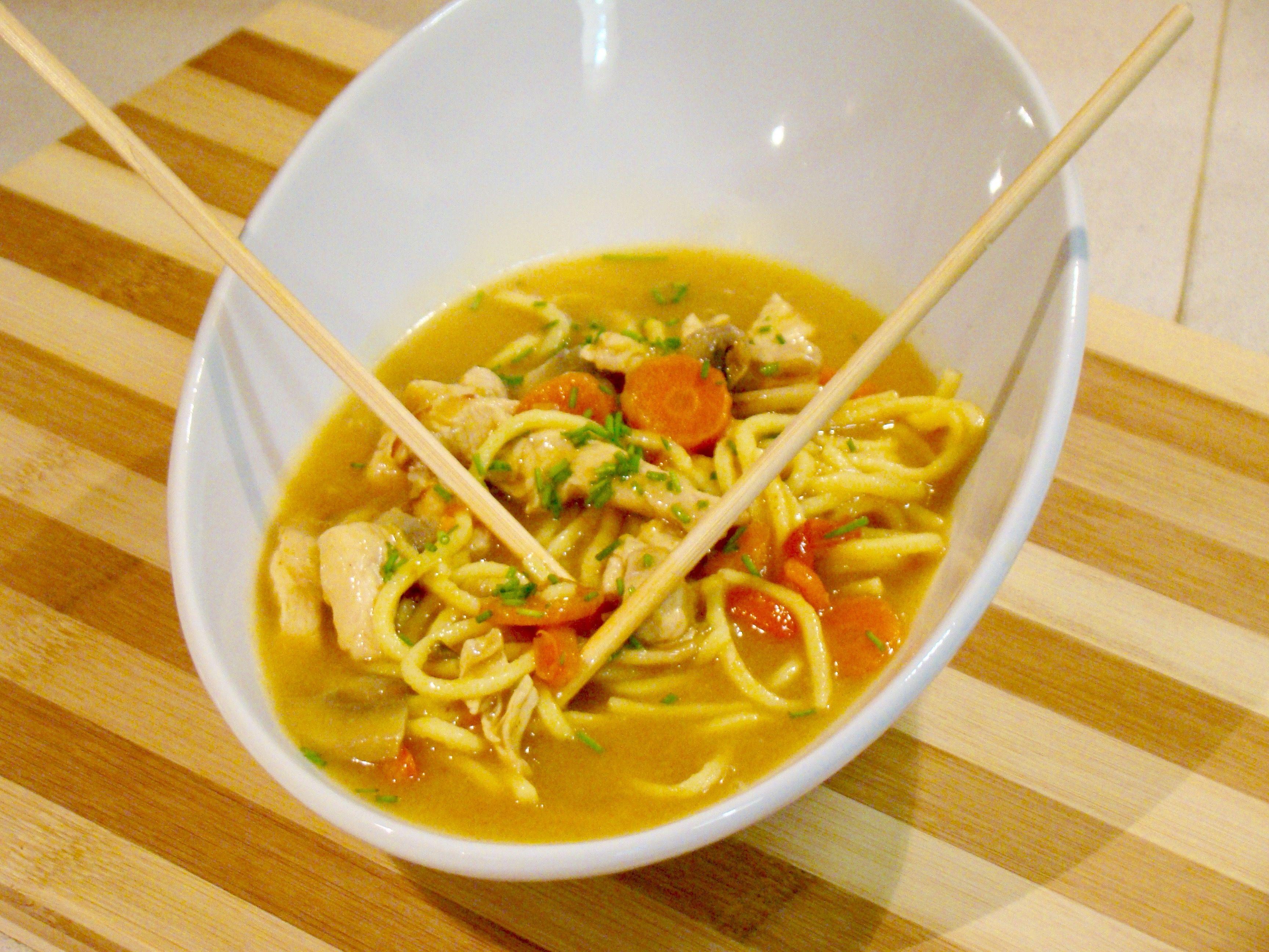 Pronta in appena 30 minuti, la zuppa orientale è un piatto unico nutriente, sano e semplice da preparare. Scopri nella video ricetta come prepararla.