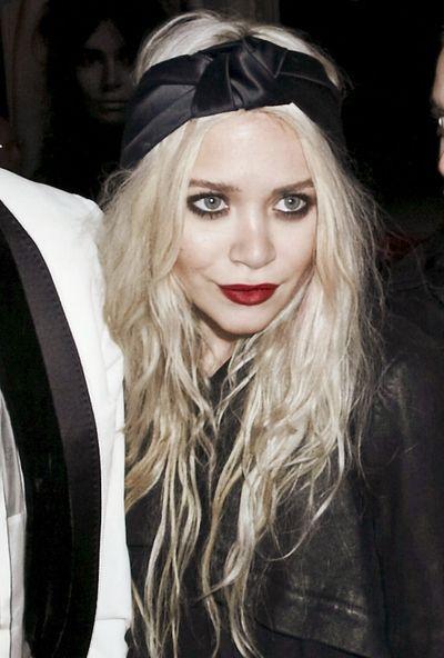 Turban headband // mary kate olsen // olsen twins // sisters // olsens // red lipstick // smokey eye // long wavy blond hair