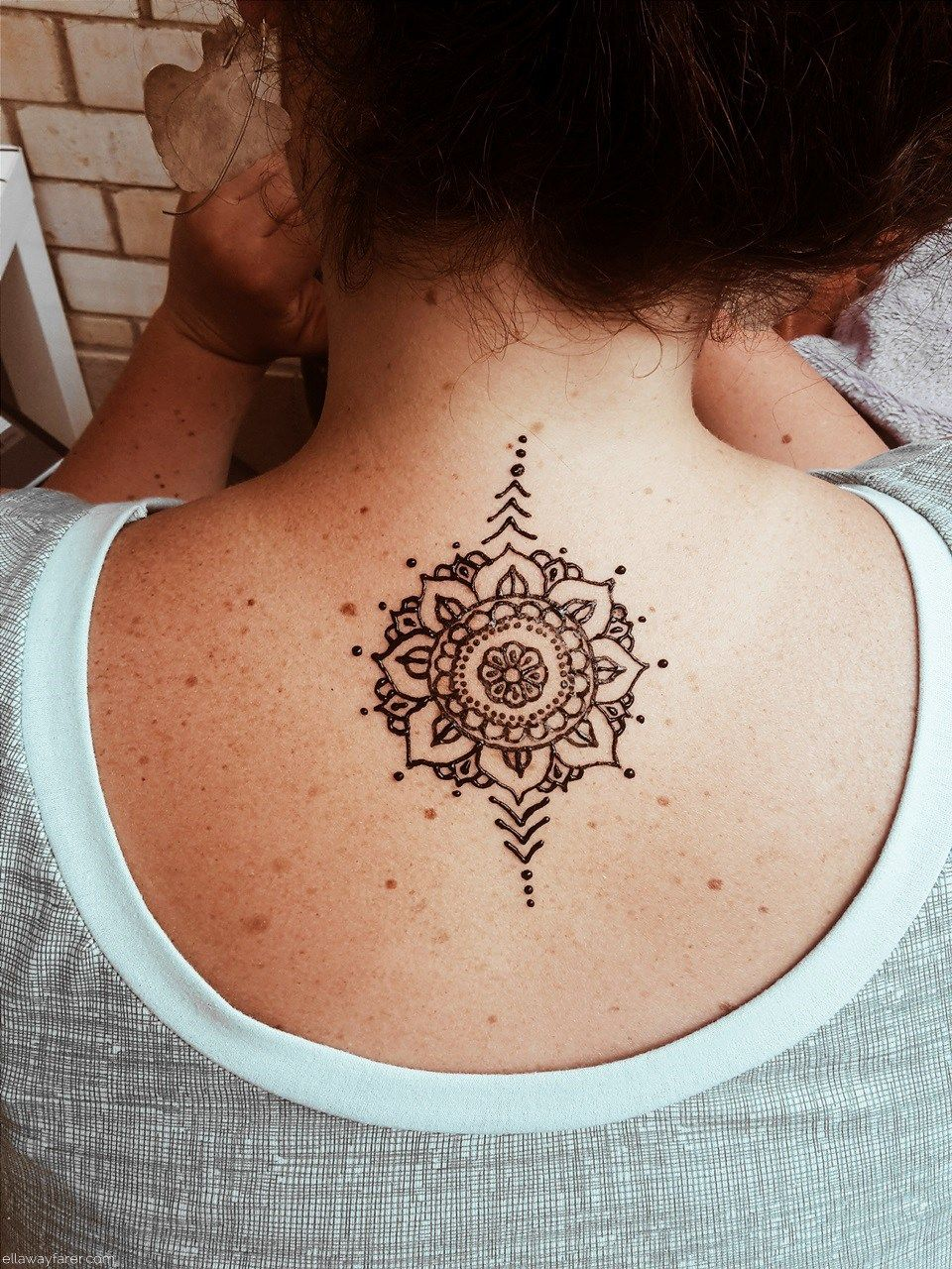 mandala henna tattoo auf dem r cken henna pinterest henna henna tattoo. Black Bedroom Furniture Sets. Home Design Ideas