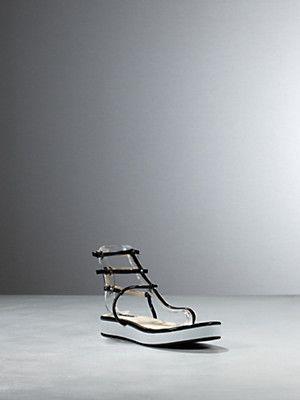 Sandalo infradito in ecopelle lucida,  allacciatura con fibbie,  fly in metallo e suola 20 mm  by Patrizia Pepe
