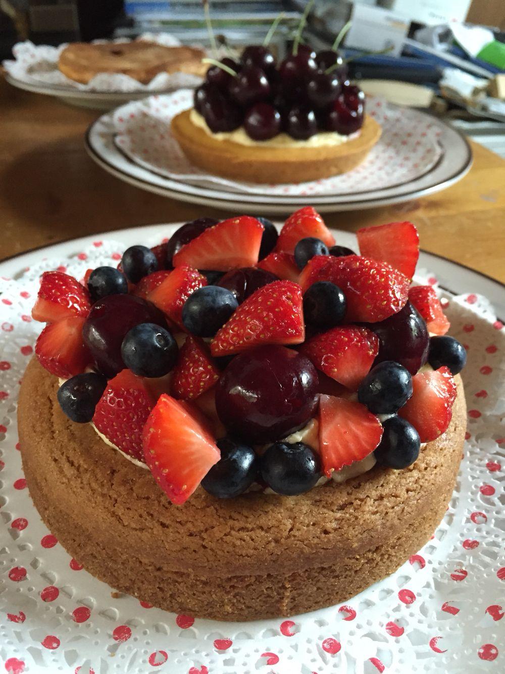 Harde wenertaart met vanille botercrème en vers fruit