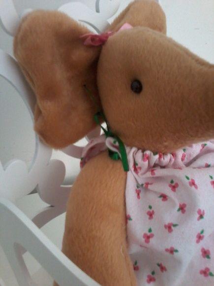 Elefantinha de pelúcia. Ideal para decoração de quarto infantil, cores à combinar do vestido, podendo ser removido para lavagem. Acompanha vestido, calcinha e laço de cetim.    ***ATENÇÃO  Não acompanha cadeira de balanço. R$ 35,00
