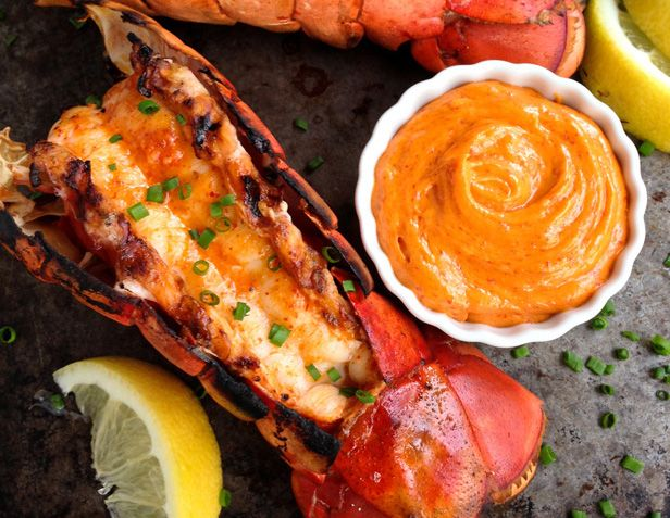 Vous cherchez une recette facile et originale afin de pimenter un peu vos homards? Celle-ci est un vrai délice et ça ne vient pas tout changer le goût du homard non plus alors les grands amateurs seront contents. Pour votre barbecue!