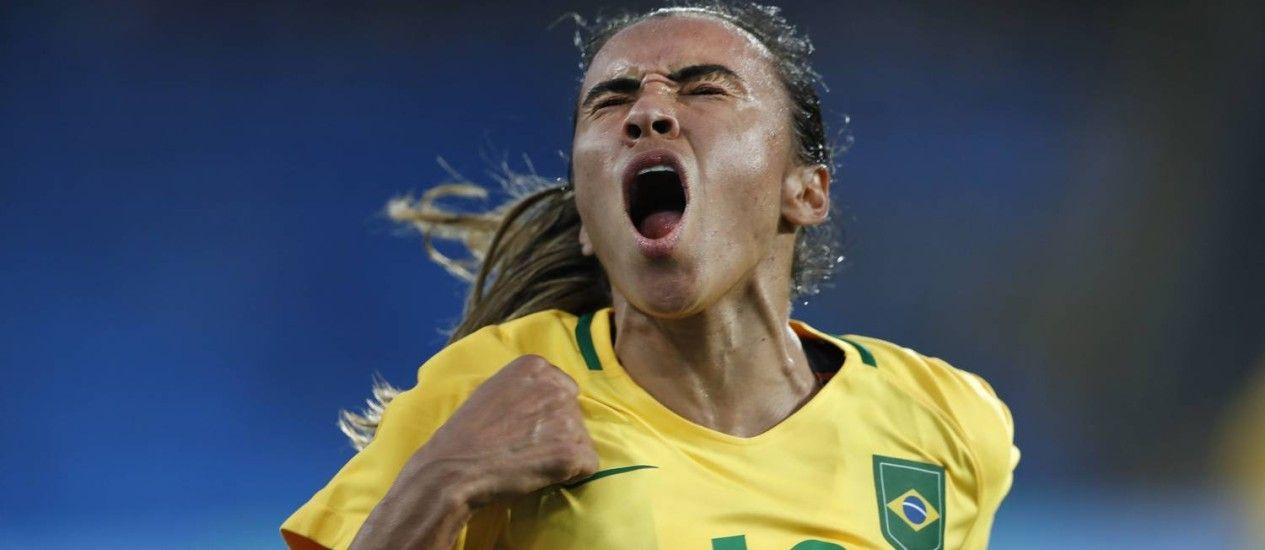 Marta comemora um dos três gols do Brasil na estreia contra a China: ela não marcou, mas teve participação importante Foto: ANTONIO SCORZA /…