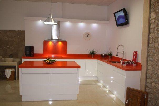Cocina naranja silestone c luces deco cocina pinterest for Mesadas de cocina pequenas
