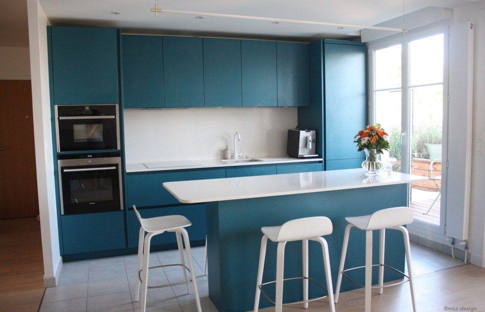 Une belle cuisine bleue et blanche avec table haute centrale. Ma nouvelle cuisine bleue - Le Blog déco de MLC ...