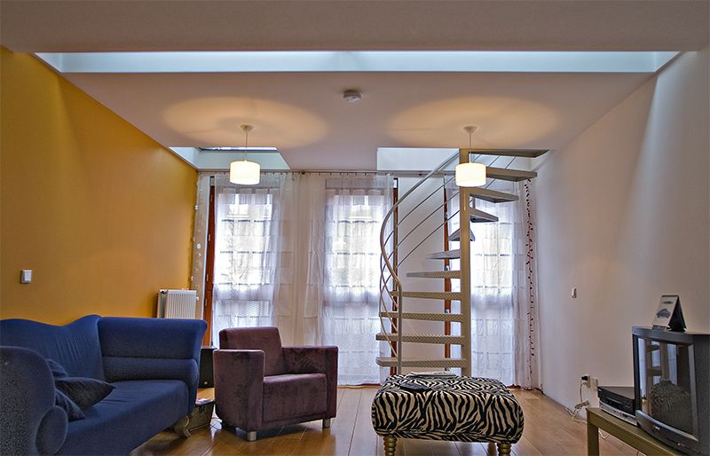extra vloer gemaakt boven de woonkamer met glazen stukken
