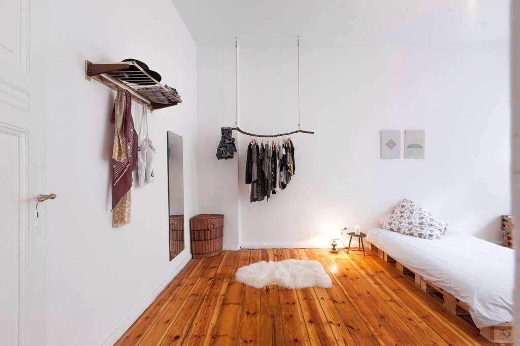 schlafzimmerinspiration - bett aus holzpaletten und kleiderstange