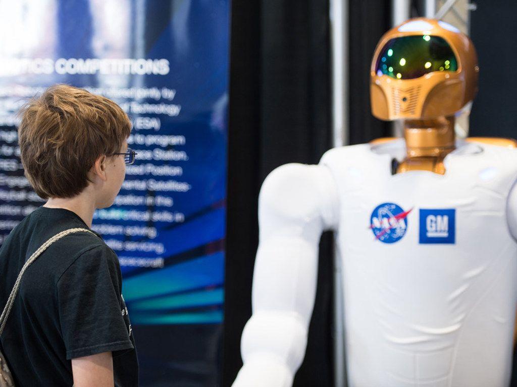 زائر في مهرجان العلوم والهندسة بالولايات المتحدة الأمريكية يتأمل أحد روبوتات وكالة ناسا الفضائية شديدة التطور وهي بأقدام تساعدها Sports Jersey Sports Jersey