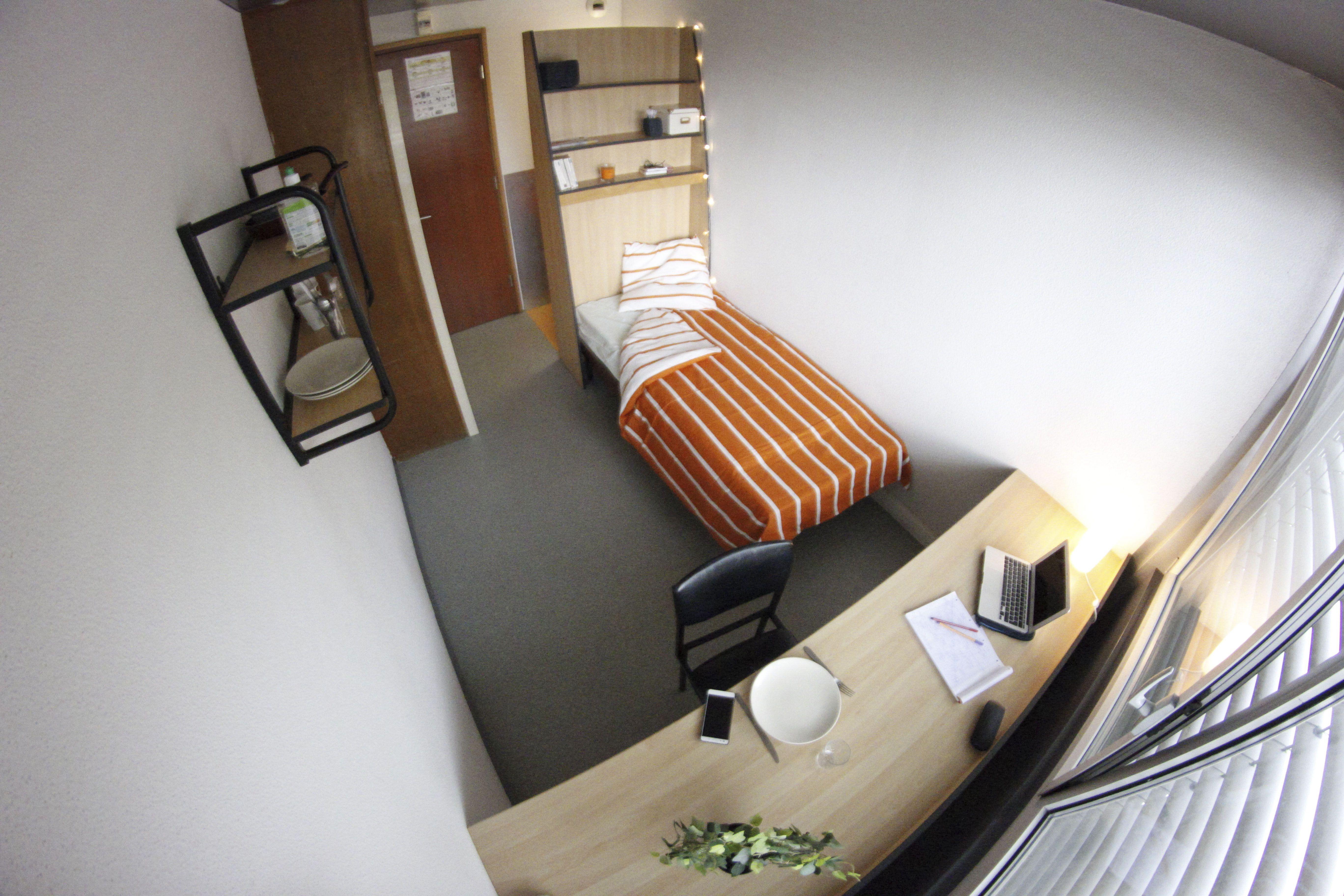 équipement des chambres Prise TV internet réfrigérateur lavabo