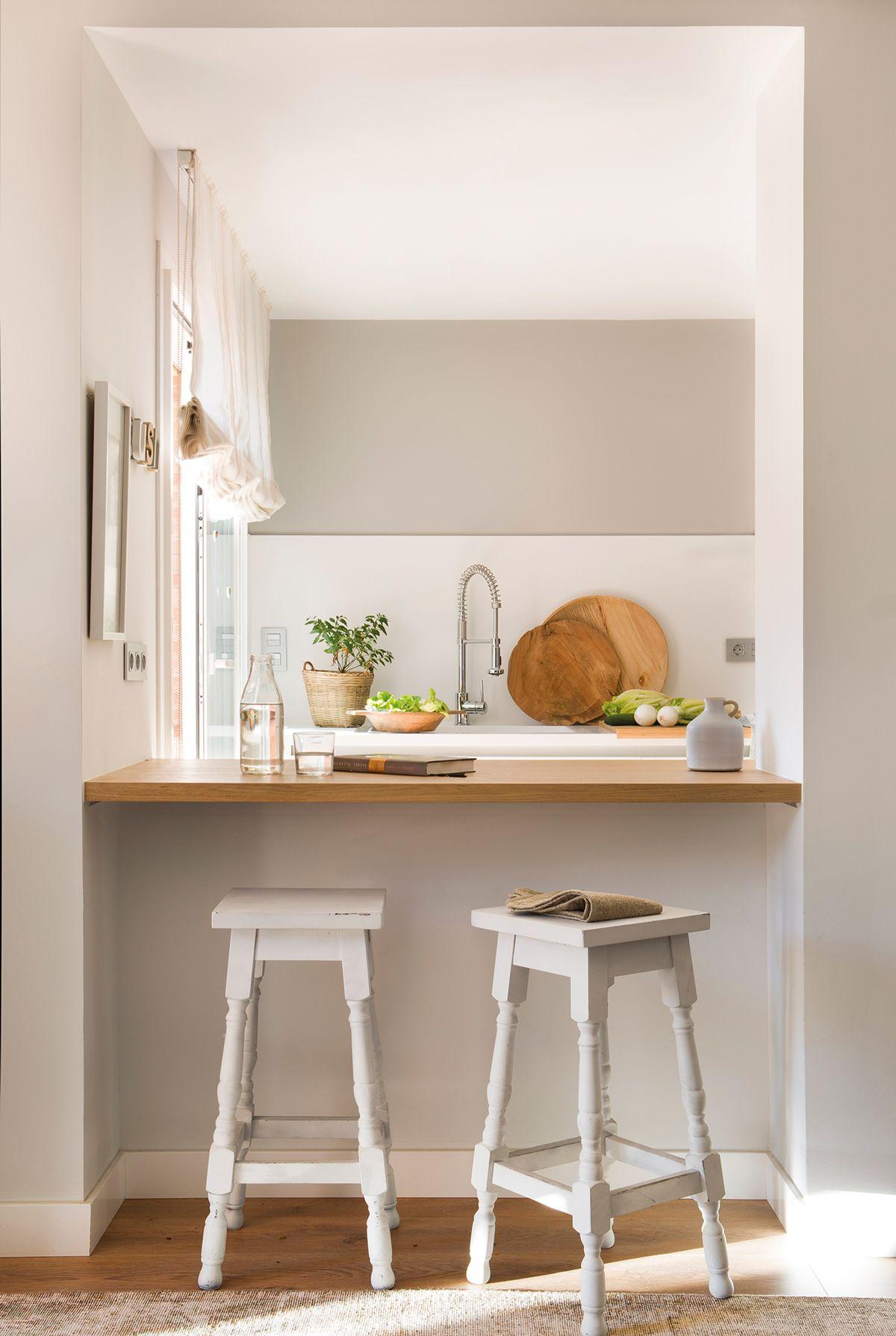 Cocina blanca con hueco pasaplatos barra de desayuno con encimera de madera y taburetes - Taburetes para cocina americana ...