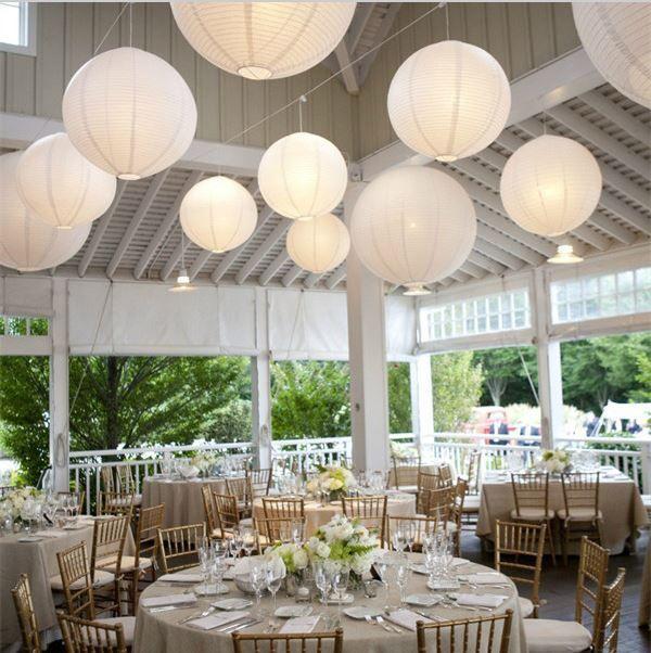 Feestelijk diner versierd met witte lampionnen en LED verlichting ...