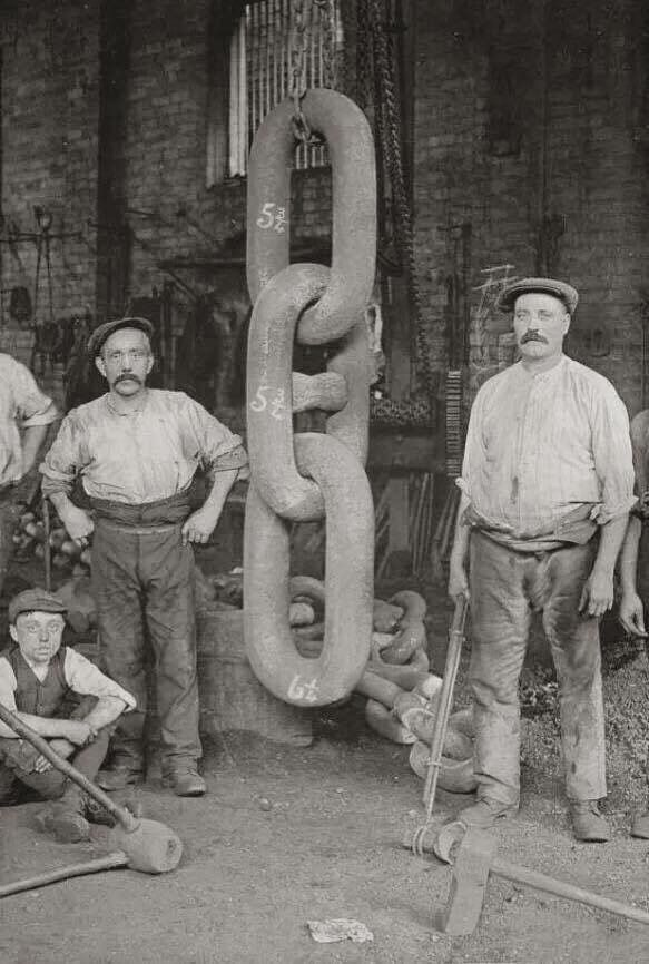 Men stand with the gigantic chain links that were attached to the Titanic's Hingley anchor, 1911 At the time, the Titanic had the largest anchor in the world.