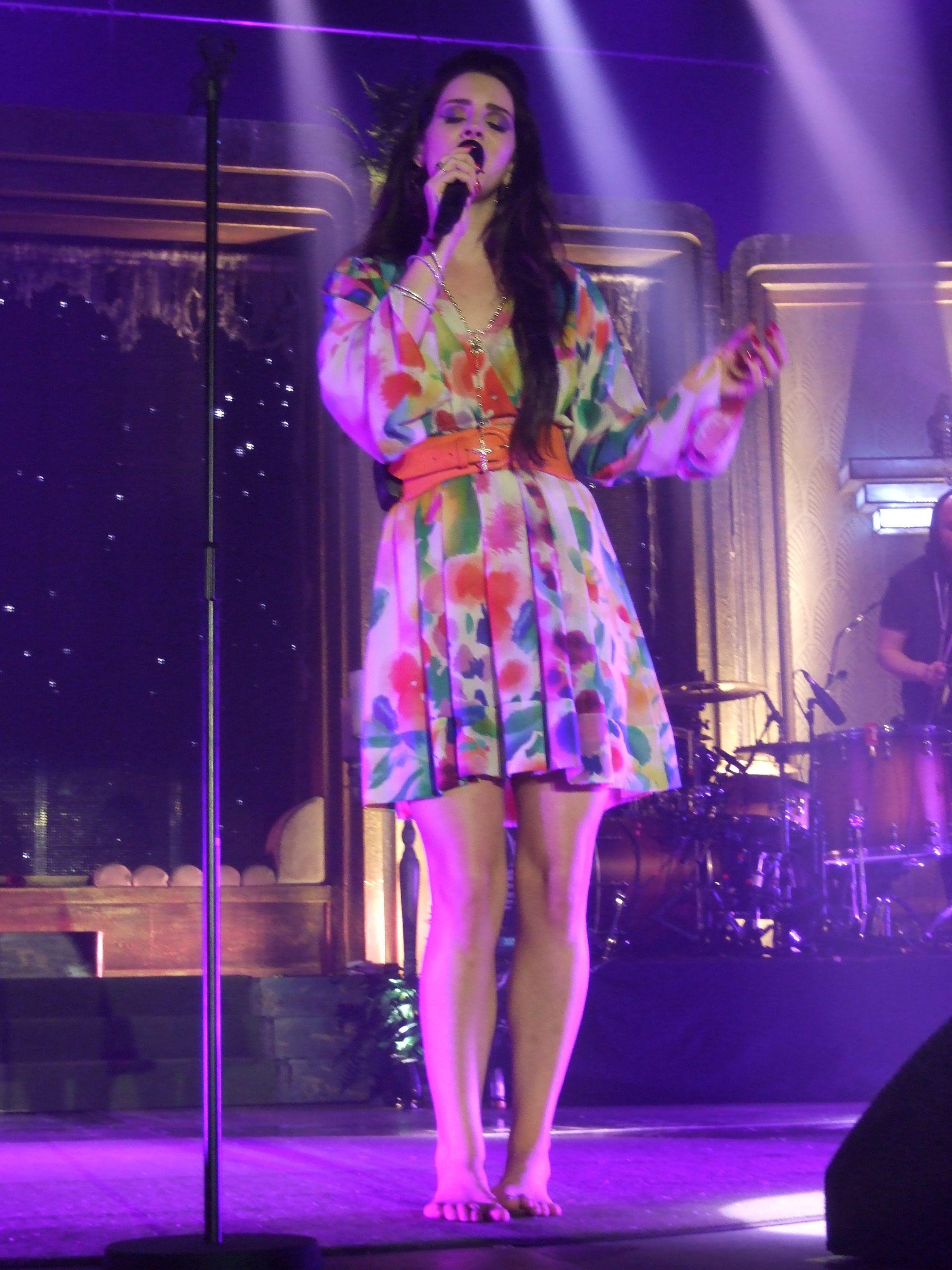 Lana-Del-Rey-Feet-985135.jpg (2136×2848)