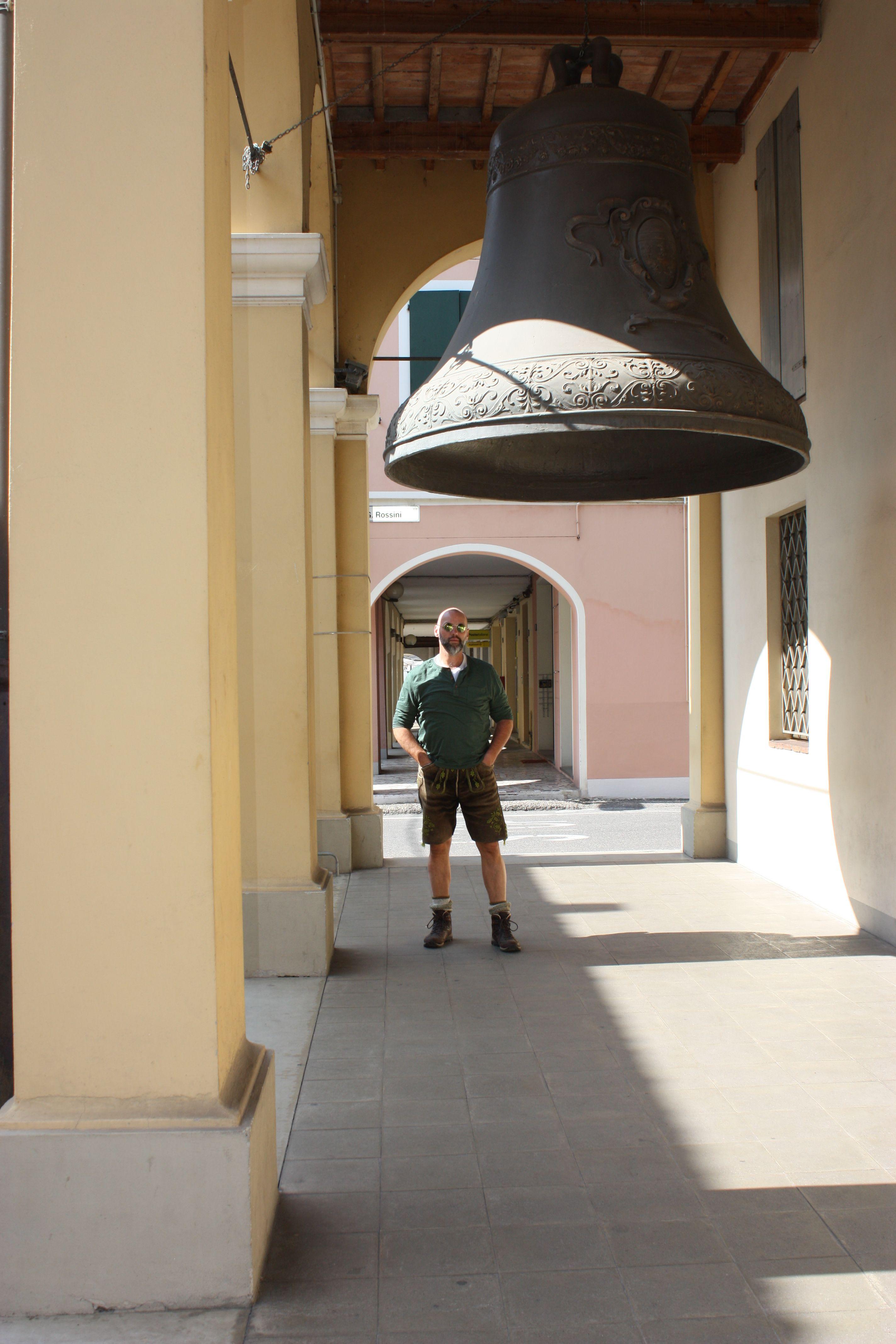 Glocke unter der Peppone eingeklemmt war aus Pappmache