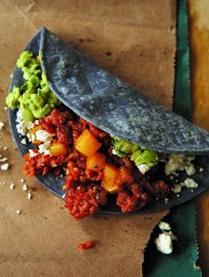 Tacos de papa con chorizo en tortilla azul,tipico del centro del pais.