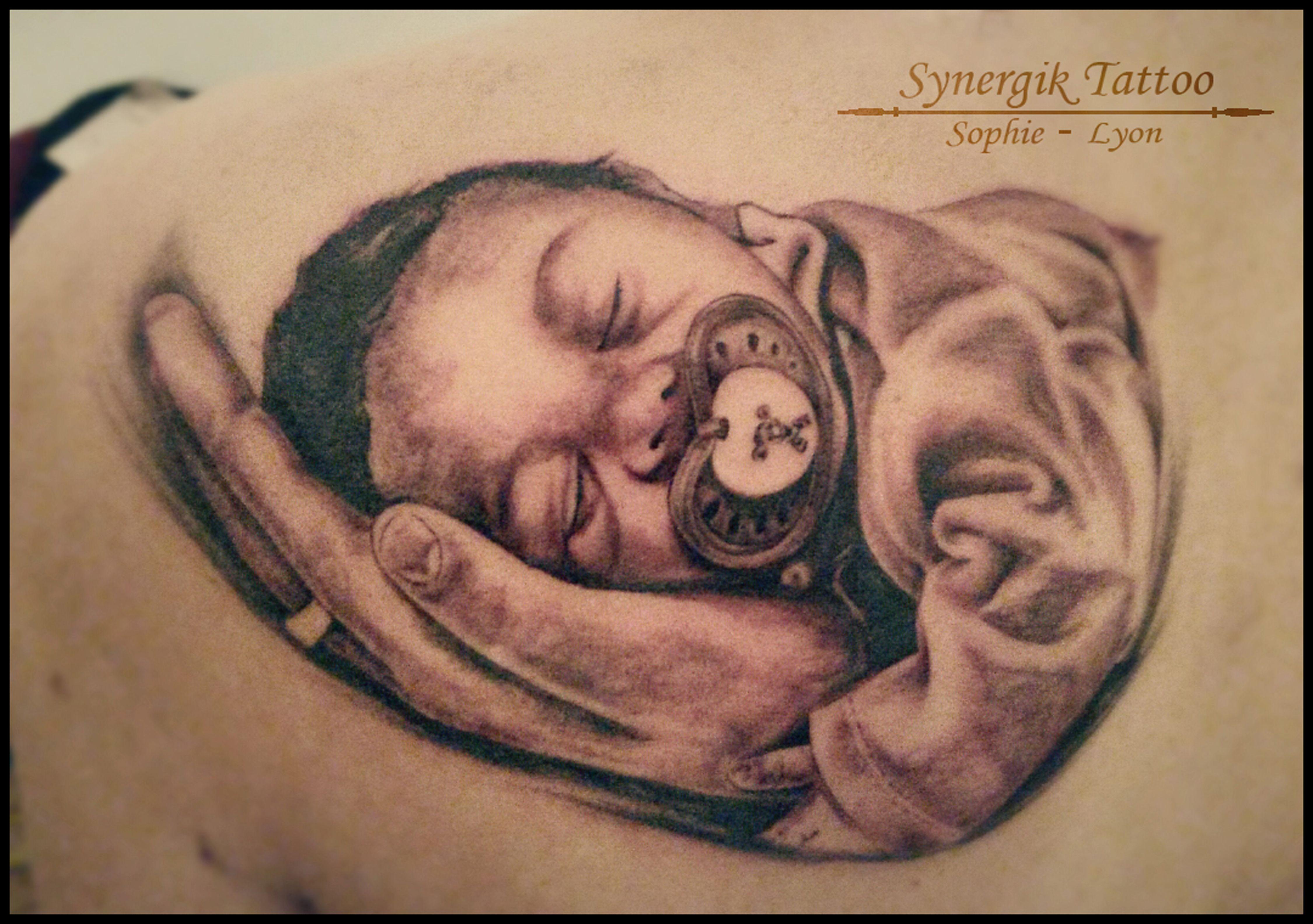 Tatouage Portrait Bebe Dans Une Main Tatoo Pinterest