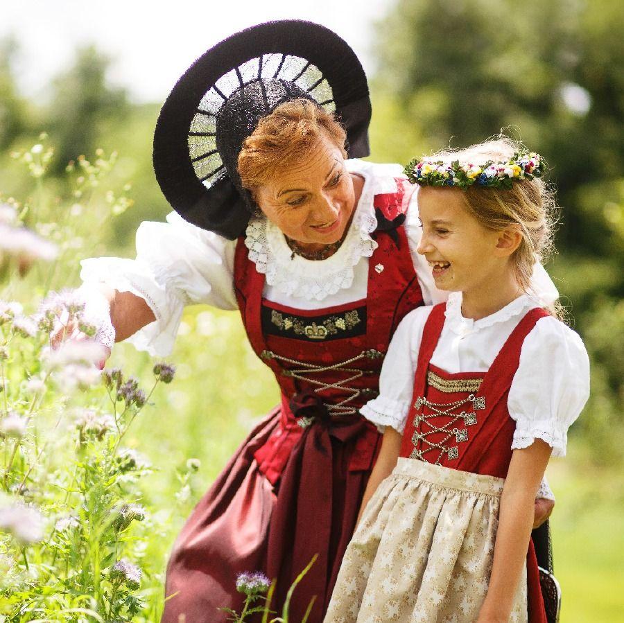 Una mujer y una niña en Liechtenstein vestido con ropa étnica de colores