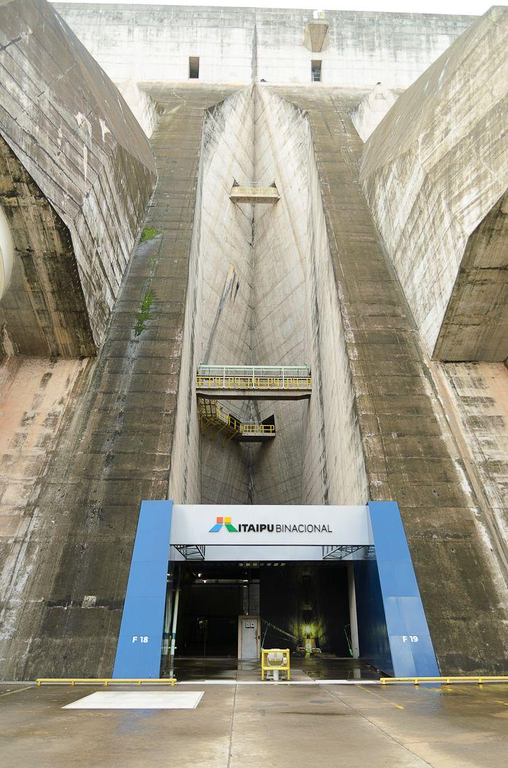 La represa hidroeléctrica de Itaipú (del guaraní, 'piedra que suena'), es una empresa binacional entre Paraguay y Brasil, en su frontera sobre el río Paraná.