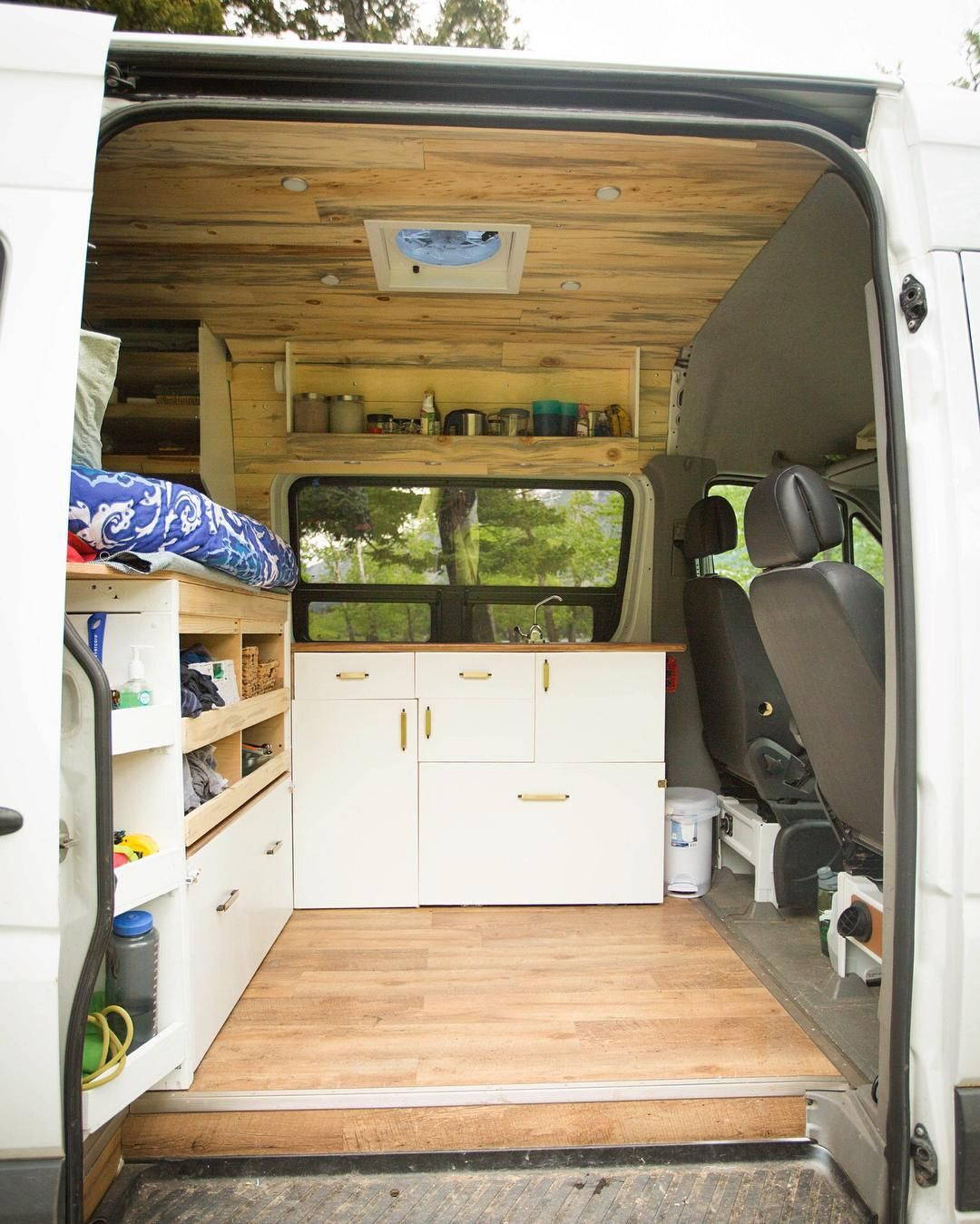 hohes bett als stauraum roadtrip campingbus camper. Black Bedroom Furniture Sets. Home Design Ideas