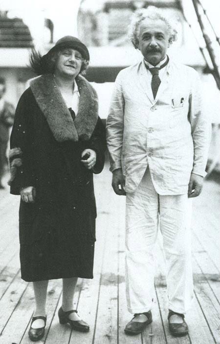 Albert Einstein e sua esposa Elsa.