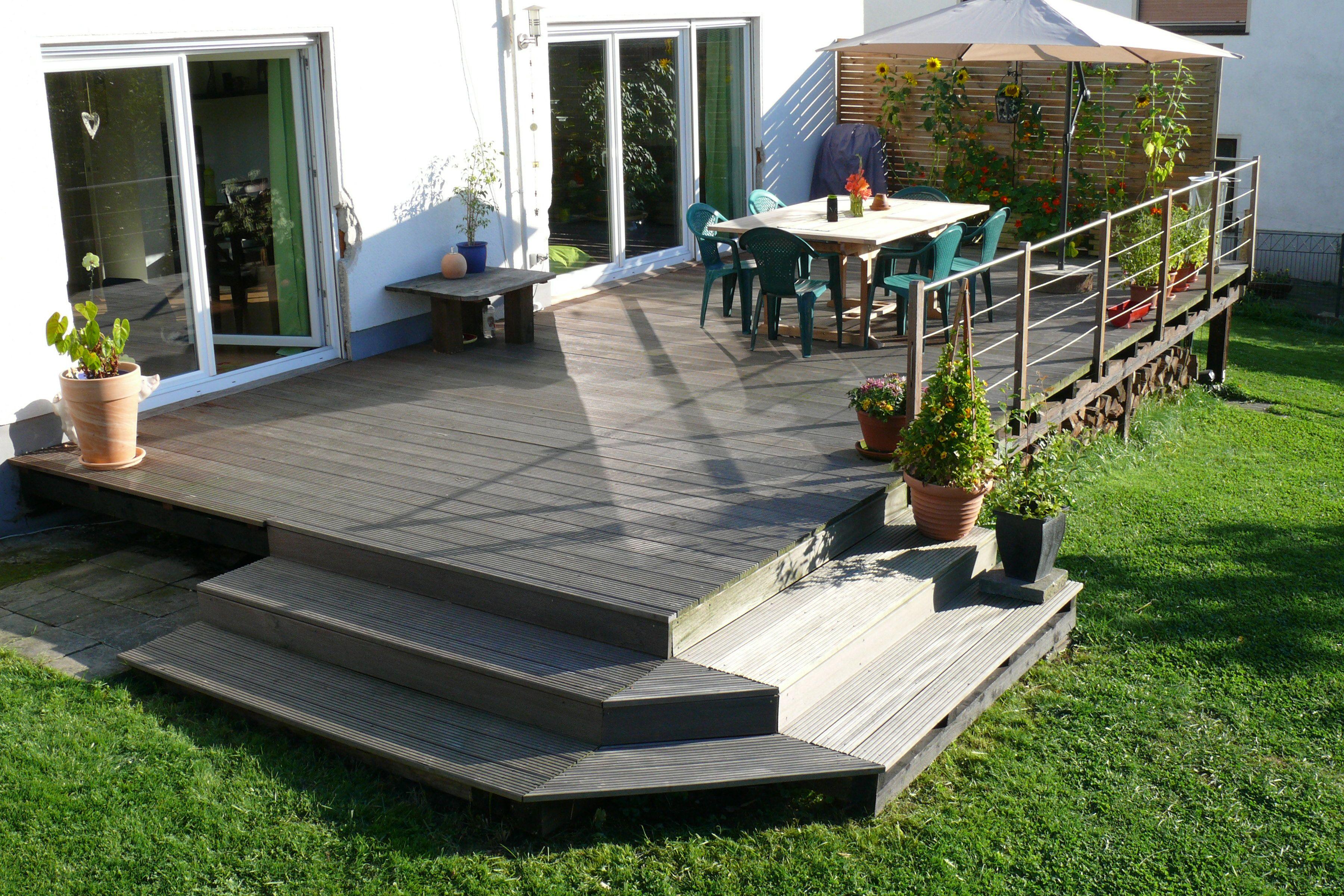 sichtschutz aus holz fur garten terrasse mit unterkonstruktion und auflager aus betonplatten. Black Bedroom Furniture Sets. Home Design Ideas