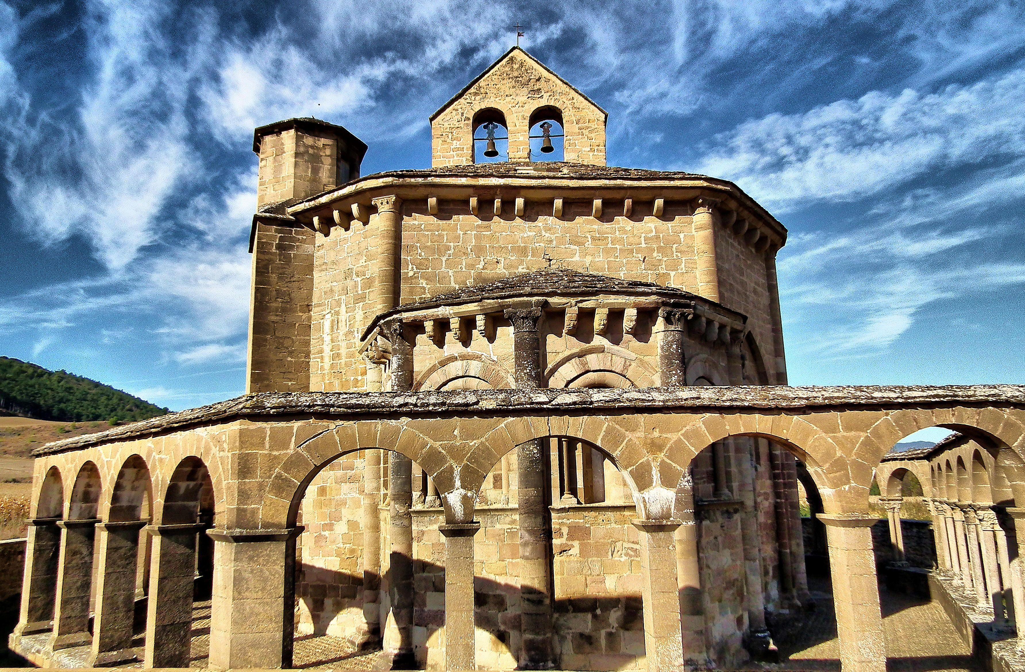Santa María De Eunate Muruzábal En Navarra La Iglesia Fue Construida En Estilo Románico En La Segunda Mitad Del Siglo Xii Church Building Church Building